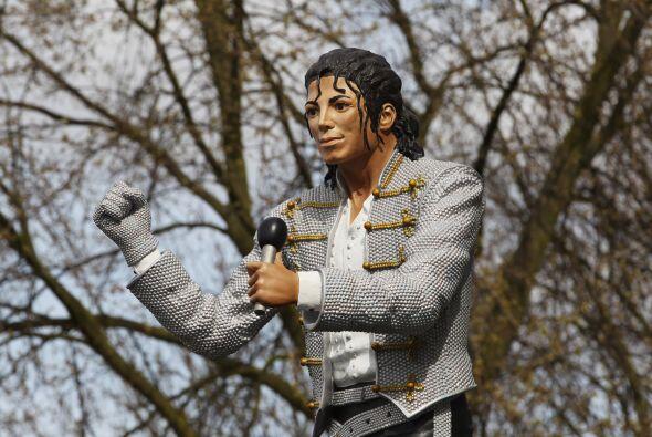 Ya sea como homenaje y simple publicidad, les presentamos esta estatua e...
