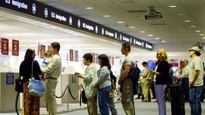 Deportada por recibir Medicaid: por qué no puedes pedir ayudas públicas si tienes visa de turista