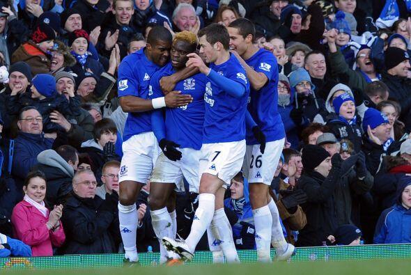 Los jugadores del Everton festejan la apertura del marcador.