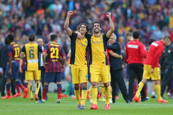 Celebración colchonera en la cancha del Barcelona.