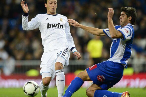Mesut Özil también estaba en la cancha para darle forma a un equipo alte...