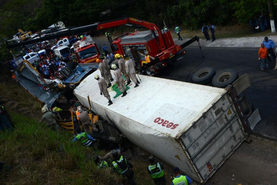 La colisión entre un camión y un autobús causa al menos 23 muertos en Ho...