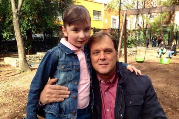 René Strickler con la pequeña Fernanda Sasser, quien será su hija en la...