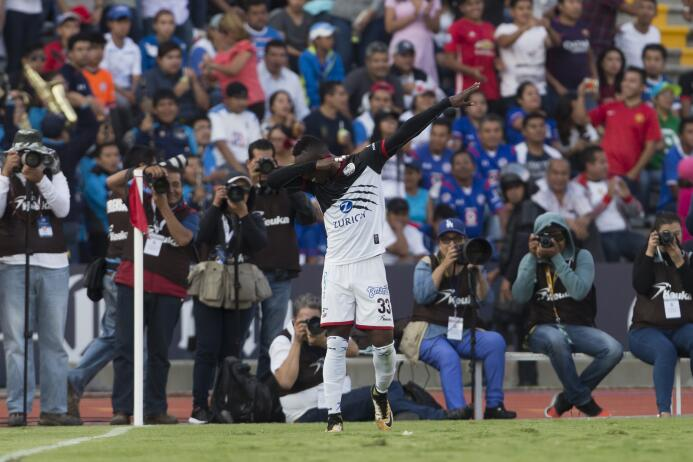 En fotos, Lobos BUAP goleó 3-0 a Cruz Azul en la Liga MX  julian-quinone...