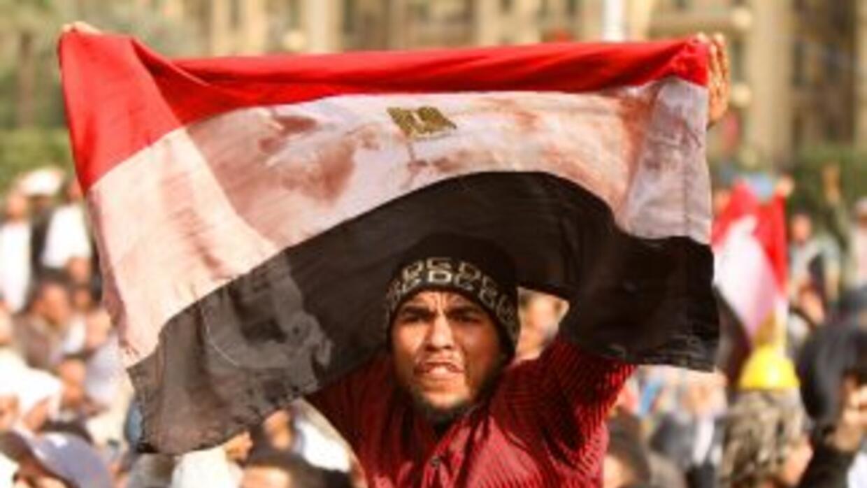 Civiles egipcios se dan cita en la plaza Tahrir en el centro de El Cairo...