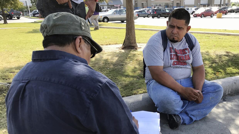 El jornalero guatemalteco Guillermo Miranda Vázquez (der) habla c...