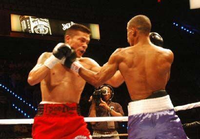 En varios pasajes llenos de emoción ambos boxeadores se pararon a...