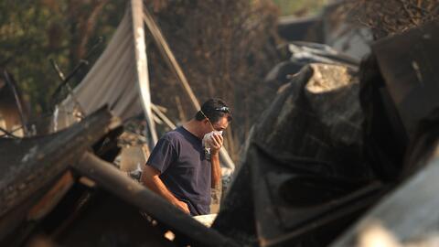 Un residente de Fairbooks, California, protege sus vías respirato...
