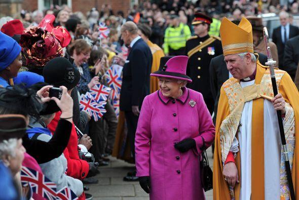 $55 MILLONES- En dólares, la reina Isabel II cuesta $55 millones a los c...