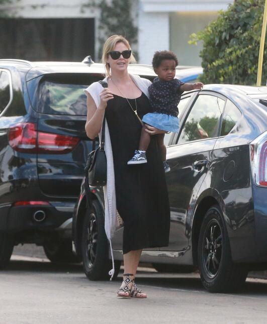 Charlize cargando a su nena August.