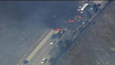 Un incendio en San Bernardino alcanzó a decenas de autos en la autopista...
