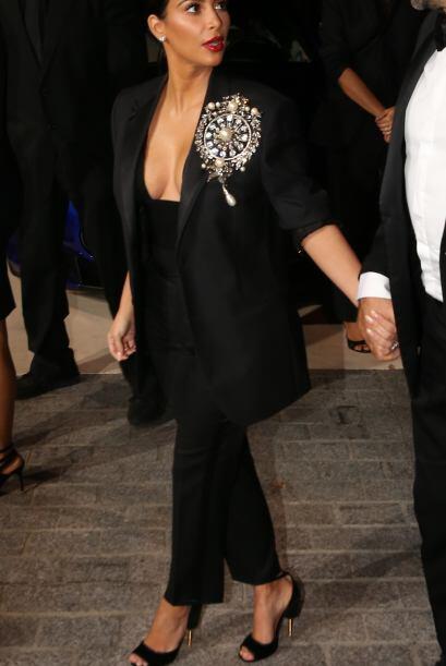 Pero Kim muy astuta, eligió una prenda con tremendo prendedor, que se en...