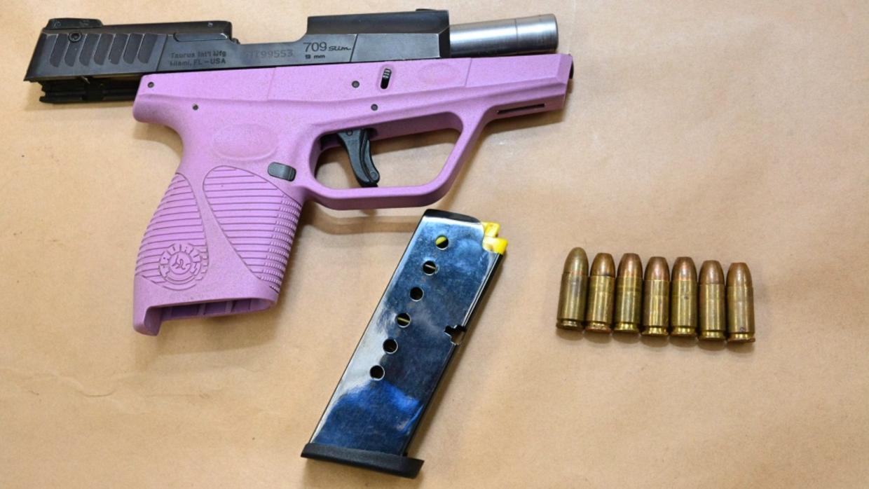Una pistola decomisada a una pandillera en California. Estos grupos tamb...