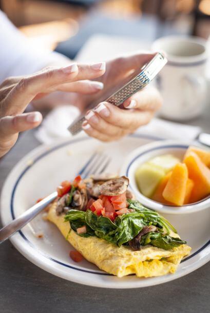 2) No hablar por teléfono en la mesa.