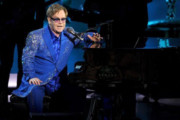 Elton John, durante uno de los números musicales de la noche. Mira aquí...