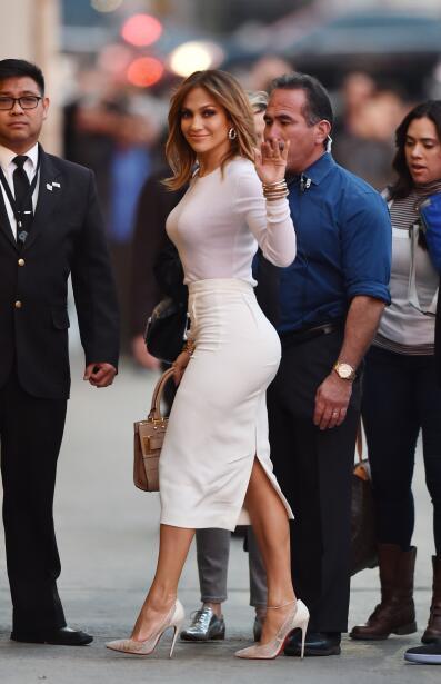 La cantante luce espectacular en un ceñido outfit que resalta su...
