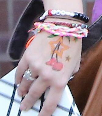 Mira lo que tiene pintado en su mano.