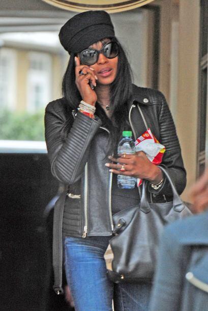 Por unos momentos se mantuvo entretenida en el celular, ¿quién le habrá...