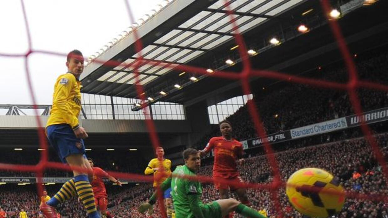Raheem Sterling anota el quinto de Liverpool ante Arsenal.