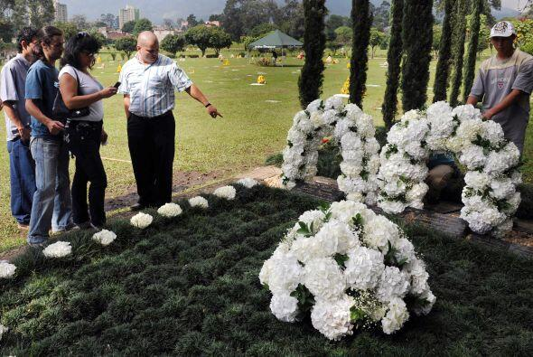 Algunos turistas también acudieron al lugar donde descansan los restos d...