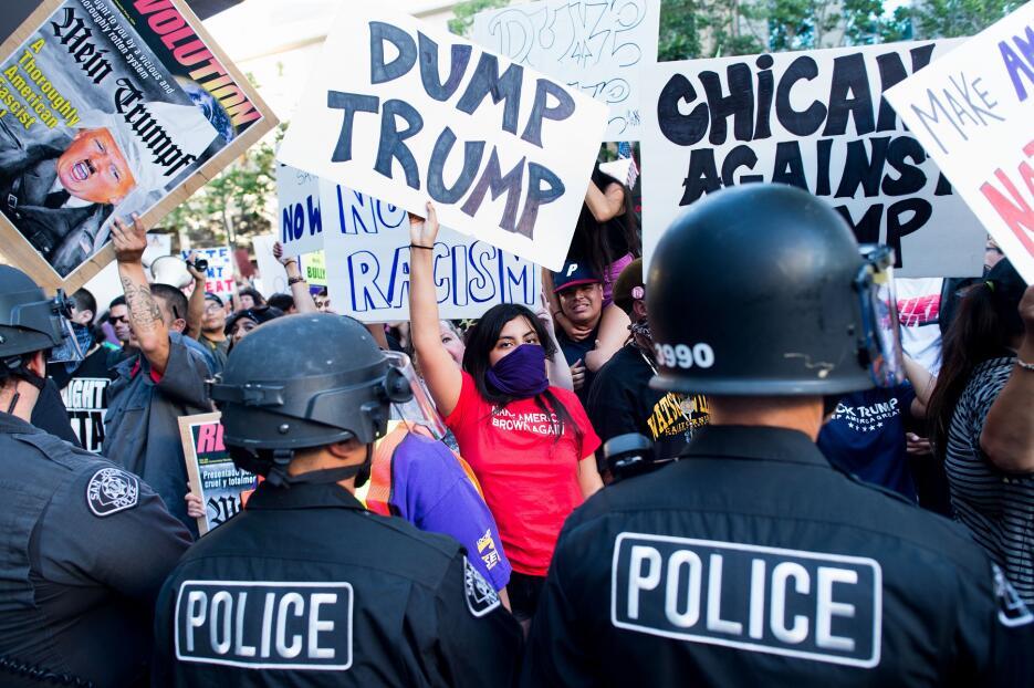 La policía bloquea a los manifestantes fuera del mitin de Trump en San José