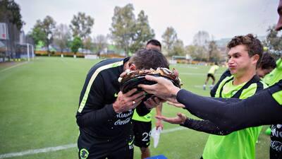 Ricardo La Volpe recibió un pastelazo por su cumpleaños