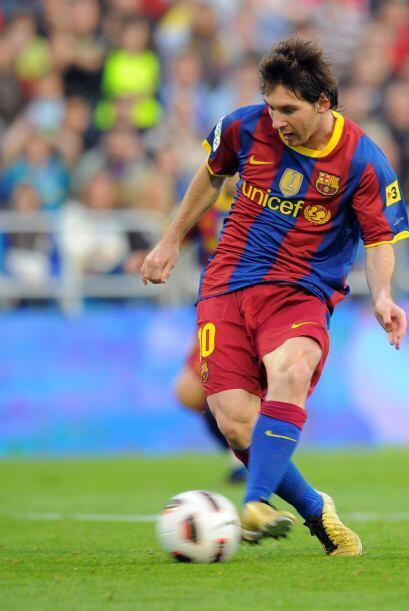 La pelota quedó picando en el área del Zaragoza y 'La Pulga' aprovechó e...
