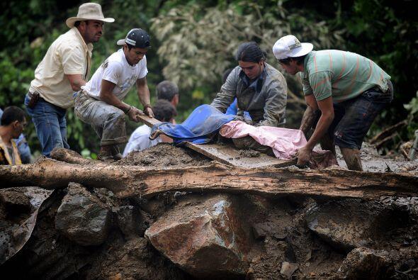 Los cuerpos de las víctimas mortales fueron desenterrados del lod...