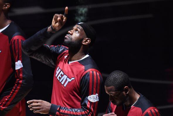 LeBron James del Miami Heat tras el himno nacional previo al inicio del...