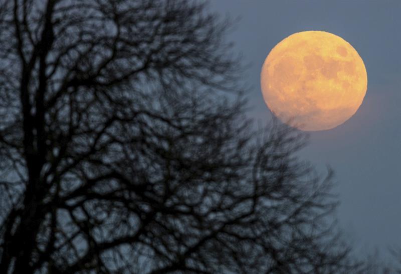 """Así se vio en el mundo la """"rara luna llena"""""""