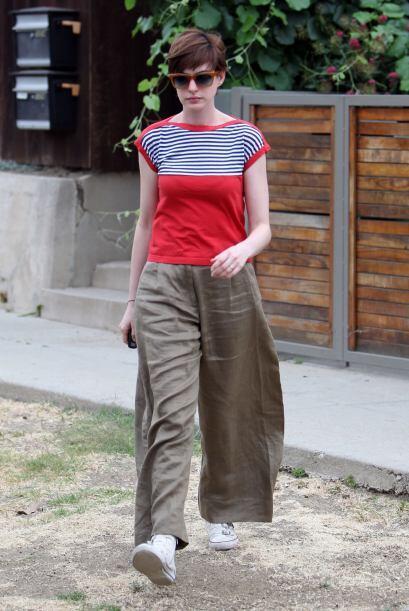 Cuando no es llamada a alguna famosa alfombra roja, Anne Hathaway sigue...