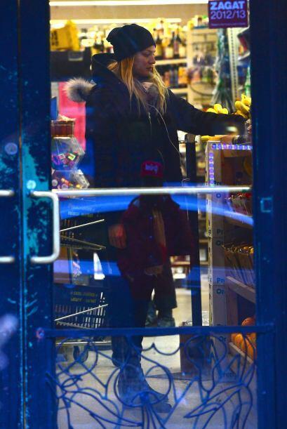 Candice pagando sus compras.