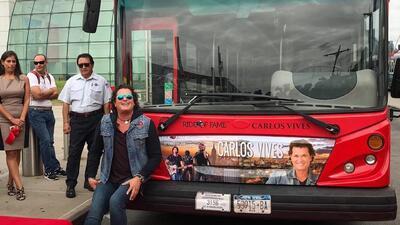Carlos Vives estrena autobús de dos pisos y tienes que escuchar qué significa esto para él