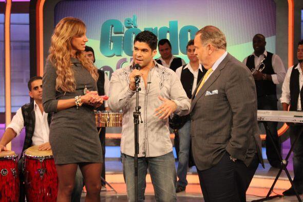 Lili y Raúl estuvieron platicando con el salsero durante la grabación.