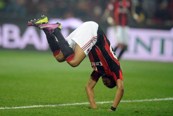 El delantero brasileño Robinho decidió jugar en pleno partido y los hinc...