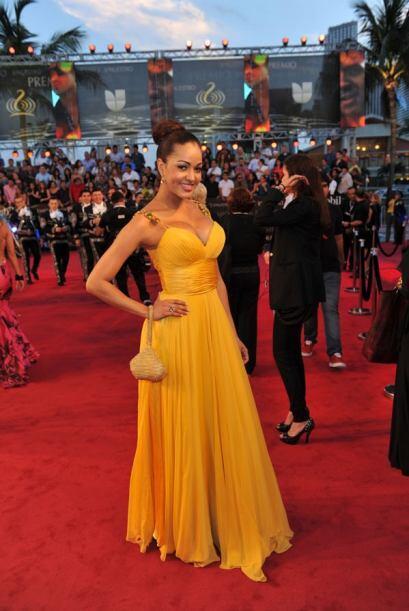 Karol Rosa, muy preciosa en ese vestido amarillo.