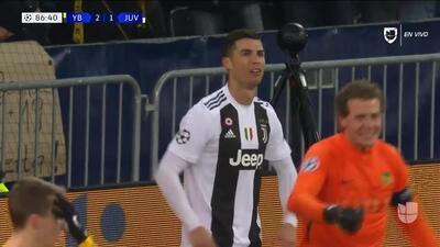 ¡CERCA!. Cristiano Ronaldo disparó que se estrella en el poste.