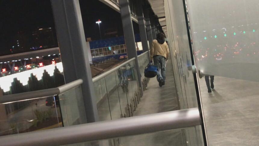 Este es el pasillo por el que salen los deportados de EEUU a la fría noc...