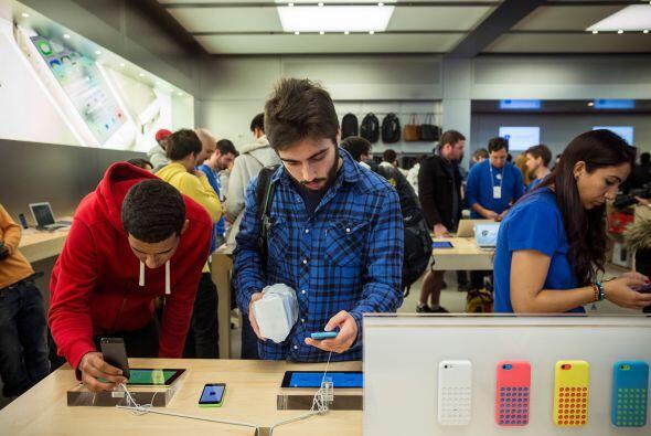 El iPhone 5S es más rápido que su predecesor y tiene mejoras en la cámar...