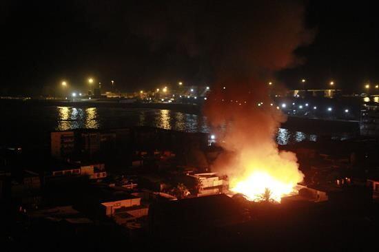 Otra vista del incendio en la zona costera de la localidad de Iquique.