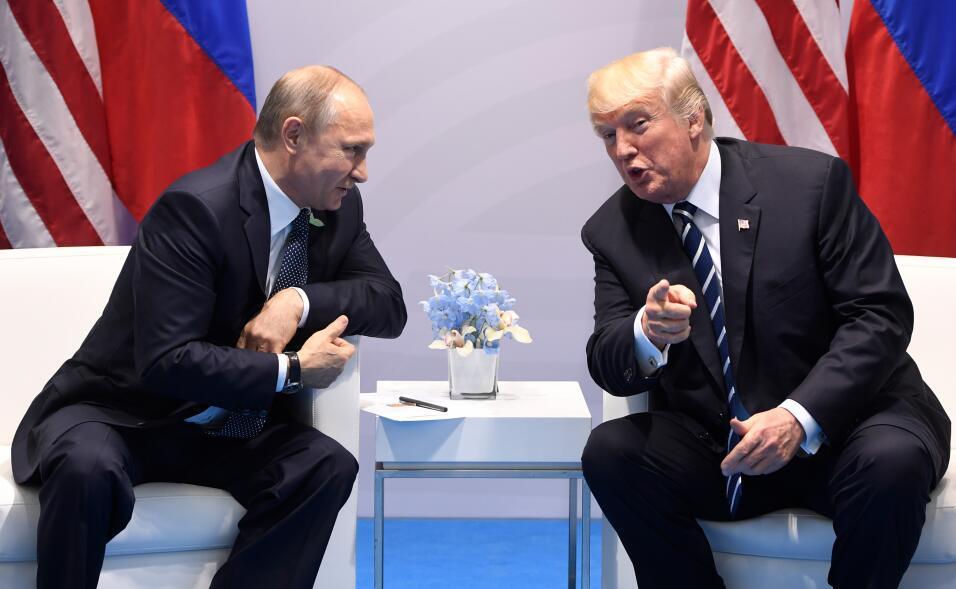El presidente de EEUU, Donald Trump, (dcha.) y su homólogo ruso, Vladimi...