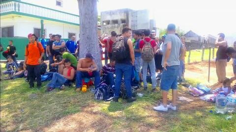 Rescatados de la muerte: Hallan a 100 inmigrantes que viajaban en un cam...