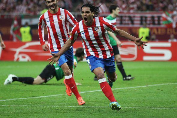 El delantero colombiano salió gritando el primer gol del partido junto a...
