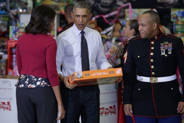 Aquí se muestra como el presidente hace entrega de los juguetes a...
