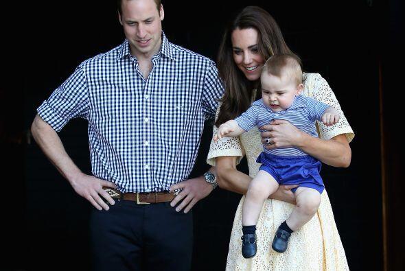 El pequeño príncipe iba de brazo en brazo entre mamá y papá.