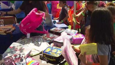 Realizan festival para ofrecer servicio de salud y útiles escolares para cientos de niños de Los Ángeles