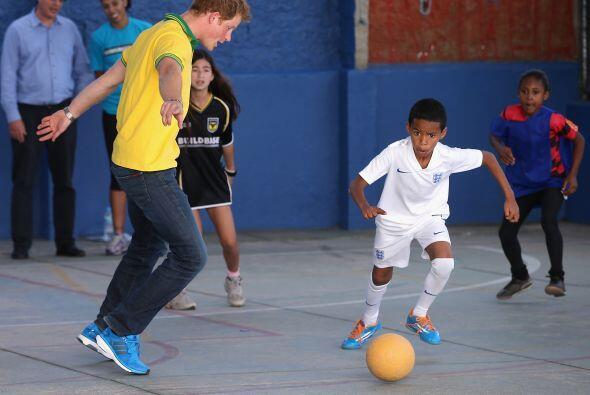 El príncipe hizo gala de sus dotes en el fútbol y les alegró el día.