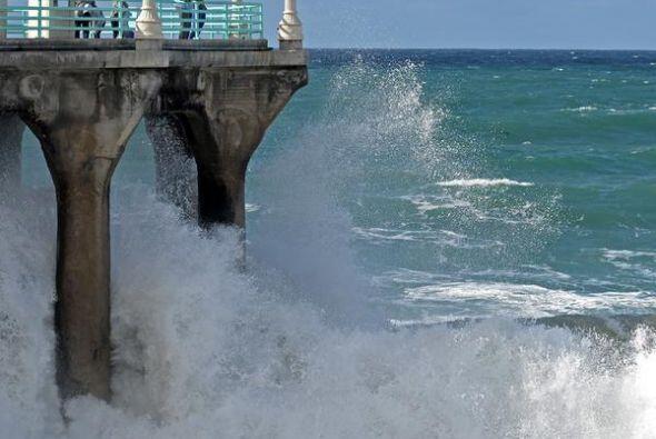 Playas cerradas por alto oleaje y contaminación también formaron parte d...