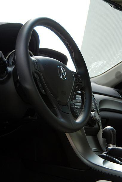 El volante cuenta con las funciones de audio, control crucero y los coma...