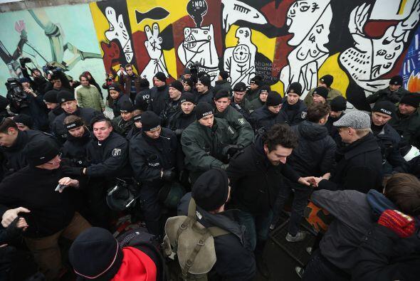 Unas 5 mil personas se manifestaron este domingo en la capital alemana e...